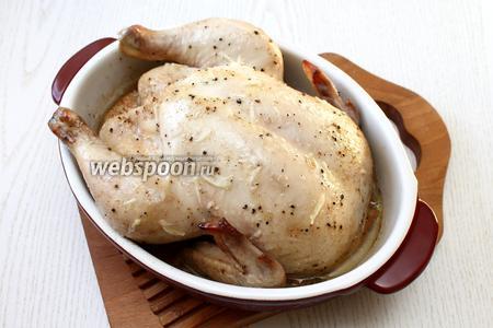 Форму с курицей накройте фольгой и поставьте на 1-1,5 часа в духовку. Запекайте при температуре 180°С. Во время запекания периодически поливайте курицу соусом.