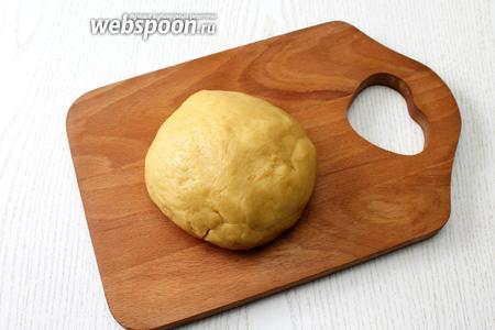 Добавив цедру, разрыхлитель и муку, замесите тесто, не сильно плотное, но при этом не липнущее к рукам.