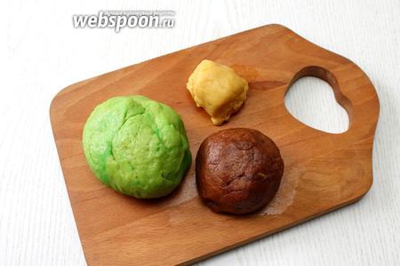 Разделите тесто на 3 части: большую, поменьше и самую маленькую. Большую часть подкрасьте красителем, в среднюю часть вмешайте какао порошок. Тесто уберите в морозильник на 5 минут.