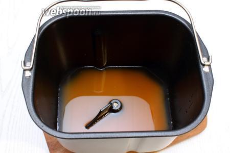 В чашу хлебопечки налейте тёплую воду и сок.