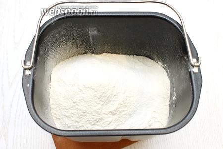 Просейте муку и добавьте соль.