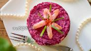 Фото рецепта Салат копчёная скумбрия под шубой с креветками