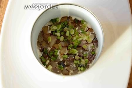 На картофель выкладываем копчёную скумбрию. Зелёный лук мелко порезать. Посыпаем луком скумбрию.