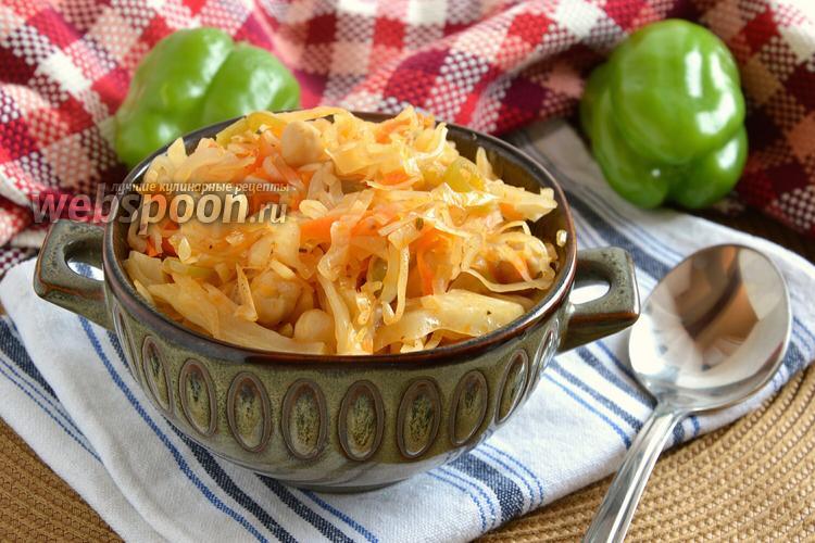 Фото Тушёная капуста с нутом и овощами