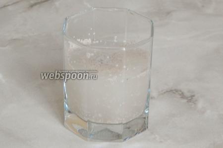 Пока остывает заварка, в 115 мл тёплой воды растворим сахар и дрожжи. Даём им проснуться в течение 15-20 минут.