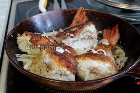 А потом перевернуть на другую и засыпать нарезанным полукольцами луком (0,5 луковицы). Прикрыть не полностью крышкой — если куски нарезаны, как у меня поперёк, чтобы рыба прожарилась полностью.