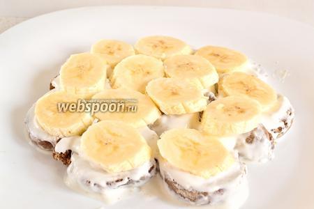 Выложить бананы на пряники. Это будет второй слой. Далее опять повторяем пряничный слой, банановый слой. Не забываем обмакивать пряники в крем и смазывать пряничный слой кремом дополнительно. Таким образом повторяем слои и формируем торт, в форме горки. Небольшими кусочками пряников всегда можно заполнить пустоты и подкорректировать форму торта.