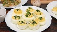 Фото рецепта Яйца фаршированные курицей, чесноком и зелёным луком