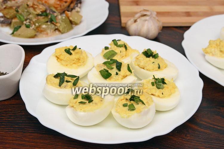 Фото Яйца фаршированные курицей, чесноком и зелёным луком