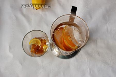 В графин для лимонада кладём лёд, дольки лимона или апельсина. Отдельно для себя делаю лимонад с кофейным льдом.