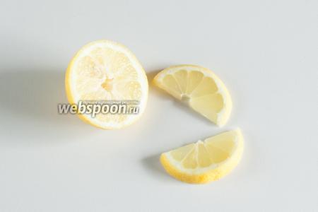 Подготовка — отрезаем от лимона или апельсина кружочек, а от кружочка 1/2. Кроме ваших вкусовых предпочтений, использование лимона или апельсина определяет то, какой бокал или стакан вы используете. В широкогорлый влезет всё, что угодно, а вот в высокий и узкий апельсин, по крайней мере, 1/2 кружочка просто не поместится.