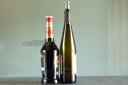 Коктейль Кир состоит из всего 2 компонентов: сухого белого вина и черносмородинового ликёра Crème de Cassis, крепостью 20%. Классическим является применение бургундского алиготе. Соотношение компонентов во времена канонника Кира составляло: на 1 часть ликёра — 4 части вина. В наши дни IBA рекомендует на 1 часть ликёра брать 9 вина.