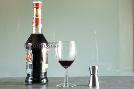Под обычный Кир предписаний по форме и температуре бокала нет. Думаю, это объясняется тем, что имитируется красное вино, но имитируется-то оно белым! Рекомендуемый порядок приготовления — начинать с ликёра. У меня в результате всё было комнатной температуры, вкус — абсолютно классный!