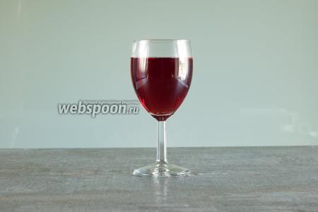 Кир — не слоёный коктейль, поэтому вино вливается с любой удобной вам высоты. Окрашенность напитка должна быть равномерной. И он, собственно, уже готов. Кир сервируется без украшений.