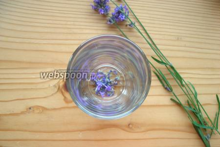 В стакан хайбол (это высокий стакан правильной цилиндрической формы, объёмом обычно 270 мл, у меня 250 мл) помещаем цветки лаванды — примерно 2/3 ч. л.