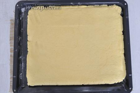 Раскатать корж толщиной 1,5-2 сантиметра и выложить на присыпанный мукой лист. Выпекать при 190°С 15-20 минут.
