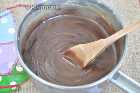 Добавим шоколад и будем мешать, пока он не растворится полностью.