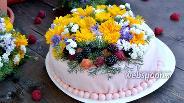 Фото рецепта Бисквитный торт с ягодами и живыми цветами