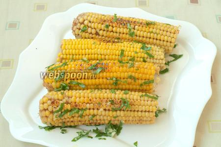 Обжаренную кукурузу сразу же смазать подготовленным чесночным маслом и подать к столу. Очень вкусно в горячем виде. Приятного аппетита!