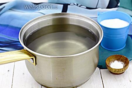 Слейте воду обратно в кастрюлю. Насыпьте сахар и лимонную кислоту. Доведите до кипения. Горячим сиропом залейте виноград в банке. Плотно укупорьте крышкой.