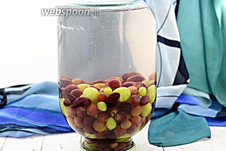Компот из винограда на зиму готов. Переверните донышком вниз, укутайте до полного остывания.