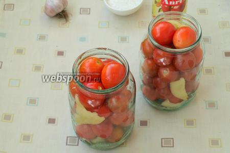 Наполнить банку помидорами черри, перекладывая оставшимися кусочками перца.