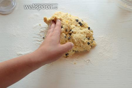 Добавляем чернику, аккуратно (!) перемешиваем, чтобы не повредить ягодки. Перекладываем тесто на стол, присыпанный мукой.