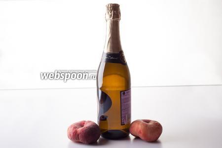 Традиционными компонентами для коктейля Беллини являются белые персики и просекко. Если персики будут не белыми, то для вкуса это катастрофой не станет, а вот характерного розового оттенка не получится. При отсутствии просекко можно взять любое не кислое игристое. Дорогие шампанские лучше не брать — у них слишком интенсивный собственный вкус, перебивающий персиковый. К началу приготовления коктейля вино должно быть хорошо охлаждено.