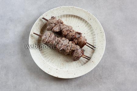 Что могу сказать о результате? Мясо мягчайшее! Не сухое, сочное — и с очень лёгким непривычным привкусом и ароматом, которые даёт киви. Если будете есть с кетчупом или какими-нибудь острыми соусами, то этого вообще не почувствуешь. Так что, если хотите распробовать «кивовость» шашлыка из говядины, лучше обходитесь каким-то нейтральным вкусовым сопровождением.