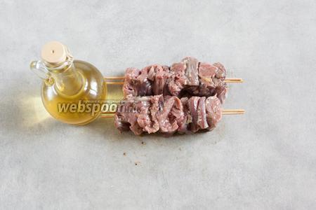 Каждый шашлык слегка смазываем растительным маслом (поливаем и растираем рукой).
