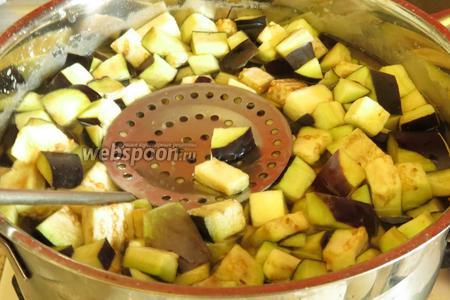 Порциями закладываем кубики овощей, топим их, всего на 2-3 минуты, на второй минуте начинаем вылавливать, пока освободим кастрюлю, 3 минута и закончится. Так провариваем все овощи.