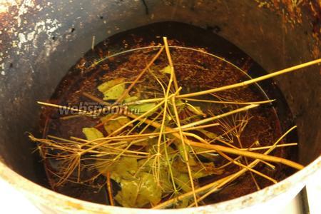 Баклажаны сварились, чуть остывают, готовим масло — ставим казанчик с маслом на огонь, бросаем зелень.