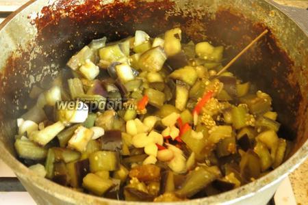 Бросаем перец и чеснок, перемешиваем. Всего пахучая смесь обжаривается 2 минуты.