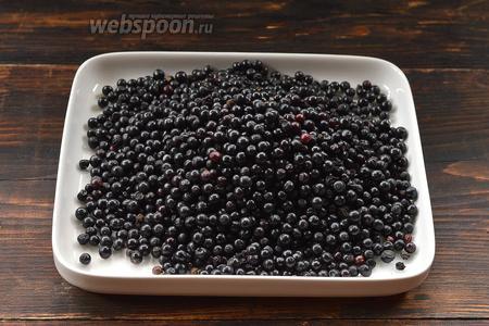 Бузину перебрать, удалить черешки, помятые и испорченные ягоды. Промыть и стряхнуть влагу.
