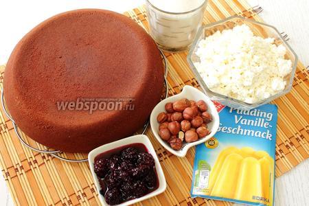 Для приготовления нам понадобится шоколадный бисквит, творог, молоко, пудинг, орехи, ежевика в собственном соку и сахар.