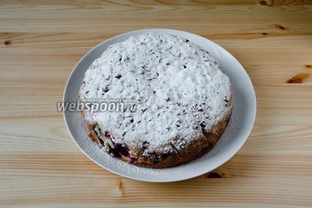 Готовый пирог густо посыпаем сахарной пудрой, пока он тёплый. Слегка остужаем его и зовём всех на чай с пирогом.