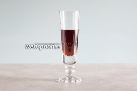 Заполняем высокий, узкий, захватанный пальцами и пыльный бокал на половину, 1/3 или 2/3 «Кокни колом».
