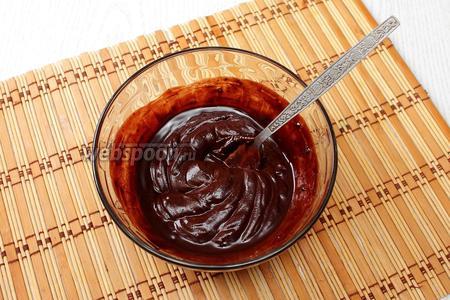 Шоколад нагреваем на водяной бане или в микроволновке. Добавляем к нему масло и размешиваем до растворения масла.