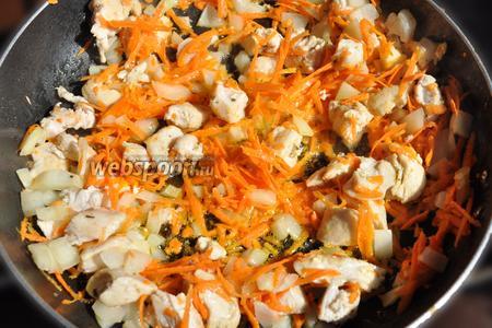 Нарезанные овощи выложила к мясу и немного обжарила их.