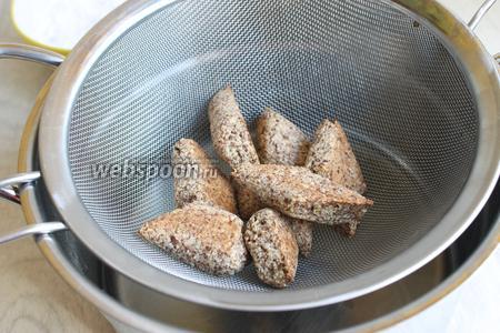 Пока пекутся печеньки, делаем сироп. Смешаем воду и сахар. Поставим на огонь и поварим минут 5. Снимаем с огня и готовые горячие печеньки опускаем в сироп на 1 минуту, порциями. И достаём шумовкой.