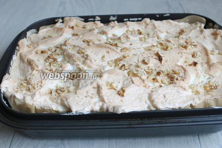 Готовый кухен посыпаем сразу орехами. Всё, даём ему остыть и нарезаем на кусочки. Приятного аппетита.