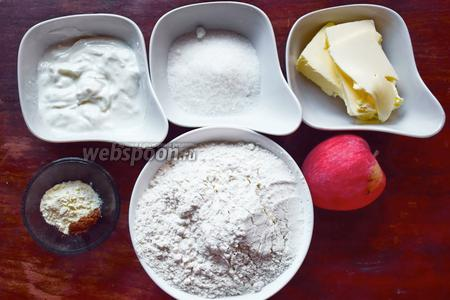 Ингредиенты: мука, сливочное масло, ряженка (или мягкий творог, или кефир), разрыхлитель, сахар, соль, яблоко, корица.
