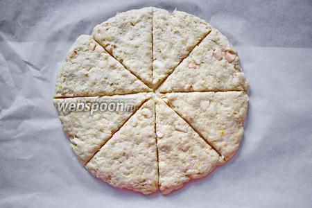 Сделать из теста лепёшку, положить на пекарскую бумагу и надрезать лепёшку ножом практически до конца, на сегменты.