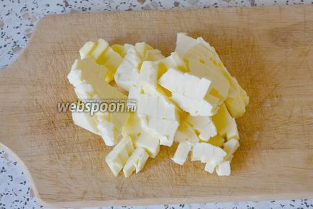 Сливочное масло режем на мелкие кубики.