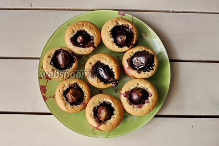 Выпекаем кексы в разогретой духовке при температуре 180-190°С, в течение 20-25 минут. Готовые кексы с инжиром остудить и можно подавать. Готовые кексы по желанию можно полить мёдом или имбирным вареньем.