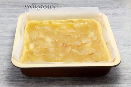 Наполняем «корзину» горячей смесью. Пирог-полуфабрикат отправляем в раскалённую до максимума духовку, выпекаем при температуре 170°С примерно 45-50 минут.