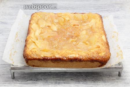 Перед подачей грушево-яблочный пирог с медовой карамелью остужаем.