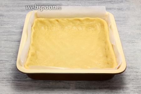 Раскатываем в пласт толщиной 3-4 мм, укладываем в форме, приподнимая невысокий борт, вилкой оставляем частые проколы. Конфигурацию пирога выбирайте самостоятельно, у меня — квадрат.