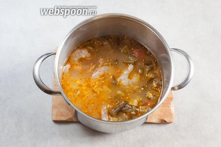 Креольский гумбо по консистенции напоминает то, что советские диетологи, на сколько мне известно, называли «слизистый суп». Он негустой, как гумбо на ру, но и не такой текучий, как супы без окры. По истечении варки бульона, в него добавляются креветки, соль, возможно, ещё немного перца — и блюдо доводится до готовности ещё 20 минут.