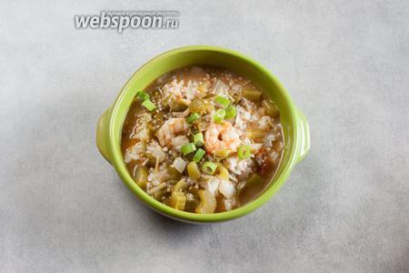 Креольский гумбо сервируется в глубоких тарелках или мисках поверх горки риса. Он посыпается резанным зелёным луком.